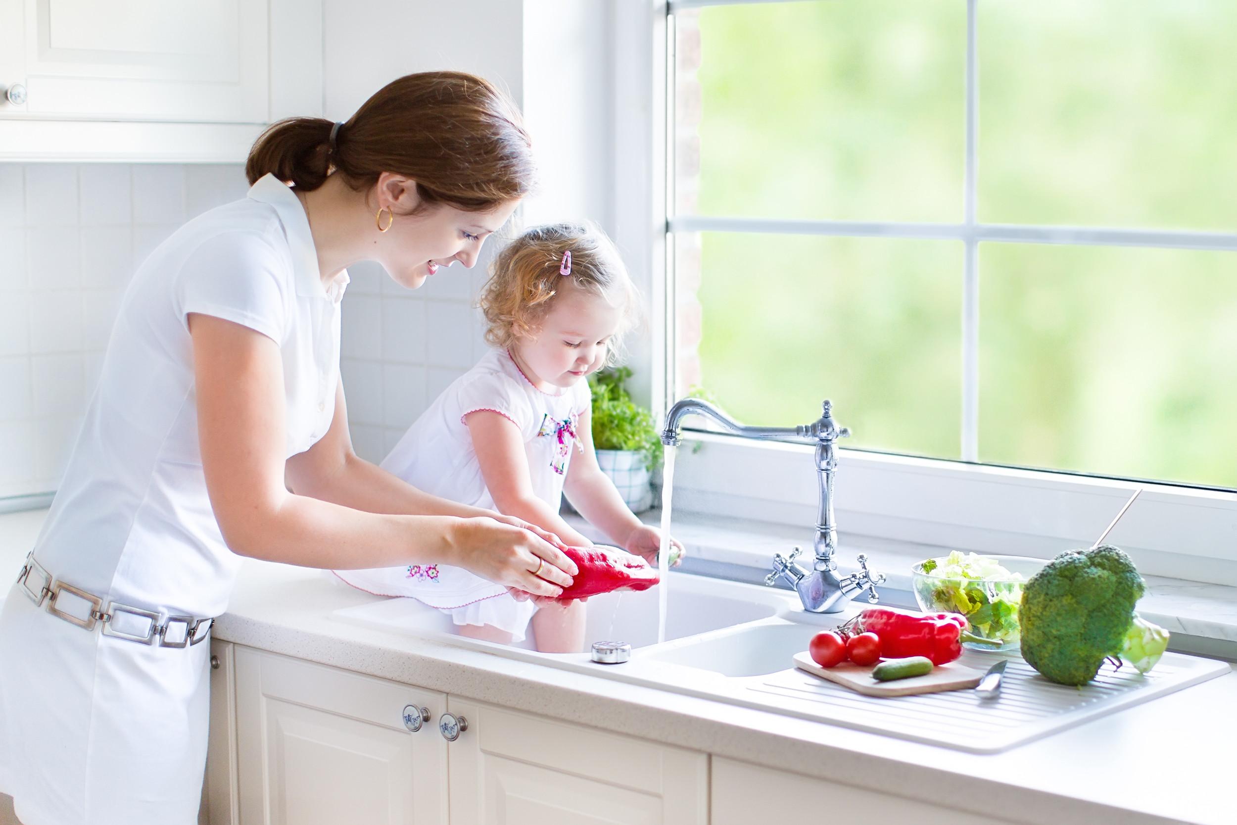 С мамкой на кухне, Мама и сын на кухне - смотреть порно онлайн или скачать 8 фотография